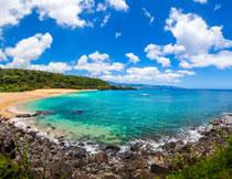 蓝天云朵与清澈的海水高清图片