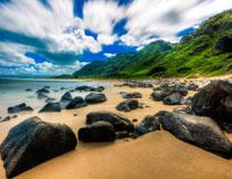 大山与在沙滩上的乱石高清图片