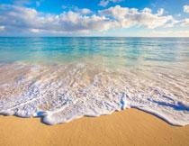 朵朵白云与辽阔的海面高清图片
