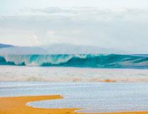 大海上卷起的大浪摄影高清图片