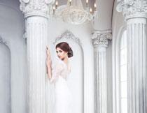在罗马柱旁的新娘摄影高清图片