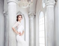 欧式房间内的婚纱新娘高清图片