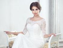 端坐着的婚纱新娘摄影高清图片