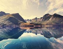 大山与镜子般湖泊摄影高清图片