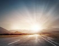 公路远山风景逆光摄影高清图片