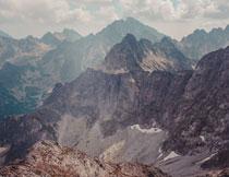 雾气笼罩下的大山摄影高清图片