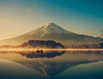 黄昏时的湖畔高山摄影高清图片