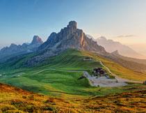 清晨阳光照射下的高山高清图片