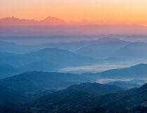 霞光云雾中的山峦摄影高清图片