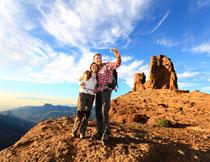 在山顶自拍的夫妇摄影高清图片