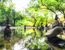 湖水中的怪石景观摄影高清图片