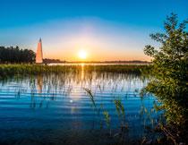早晨湖面上的帆船摄影高清图片
