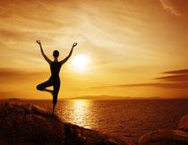 站在大海边的瑜伽人物摄影图片