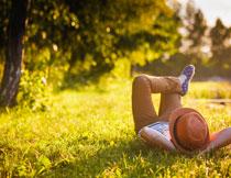 躺在草地上的儿童人物高清图片