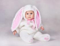 穿着兔子服饰的小女孩高清图片