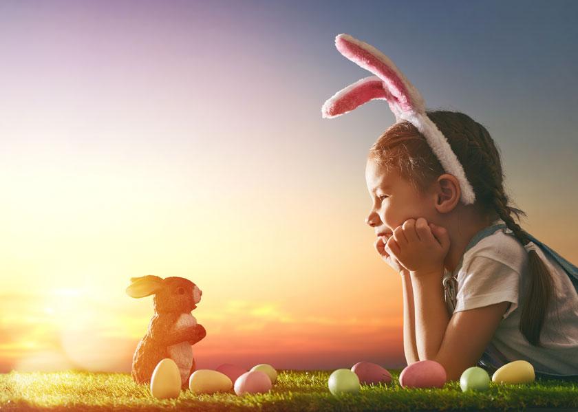 对着兔子玩偶的小女孩摄影图片