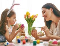 一起给鸡蛋上色的母女高清图片