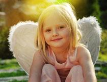 戴着羽毛翅膀的小女孩高清图片