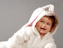 穿着兔子外套的小女孩高清图片