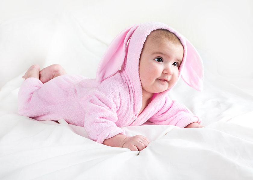 穿粉色外套的可爱宝宝高清图片