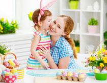 亲吻妈妈脸的儿童摄影高清图片