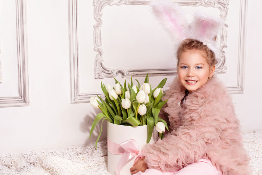 抱着鲜花的小女孩摄影高清图片