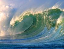 海面上卷起的巨浪风光高清图片