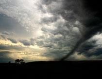 黄昏时天空白云龙卷风高清图片