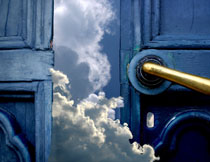 木门后的天空白云创意高清图片