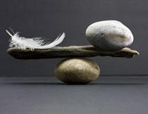 与羽毛维持平衡的石头高清图片