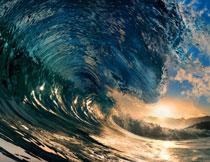 大海上卷起的巨浪摄影高清图片
