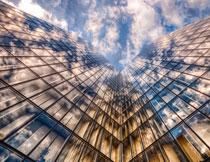 映衬到幕墙之上的天空高清图片