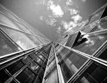 仰视角度的建筑物黑白摄影图片