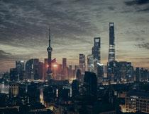 黄浦江边上林立的建筑高清图片