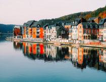 水边的一排排房子摄影高清图片