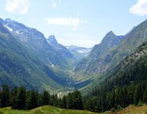蓝天白云大山峡谷风光高清图片