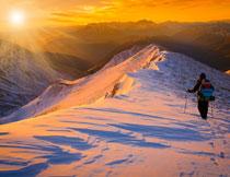 阳光照耀下的雪山摄影高清图片