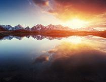 湖泊与连绵的雪山摄影高清图片