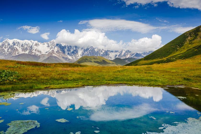 天空白云雪山湖泊摄影高清图片