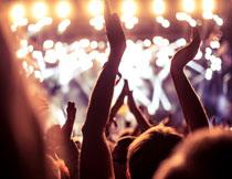 晚会上欢呼鼓掌的人群高清图片