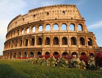 蓝天下的罗马斗兽场高清图片