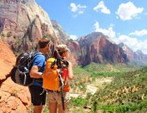 旅行者与蓝天白云大山高清图片