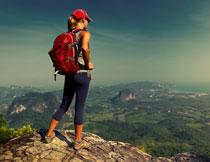 站在山顶看风景的美女高清图片