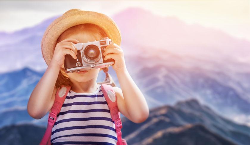 拿相机拍照的小女孩高清图片