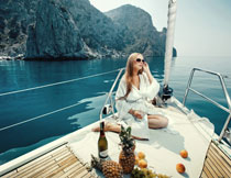 游艇上的休闲美女摄影高清图片