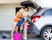 把行李放车上的一家人高清图片