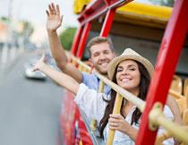 观光车上挥着手的男女高清图片