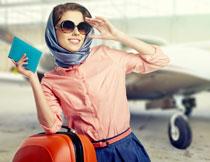 准备登机的墨镜美女高清图片