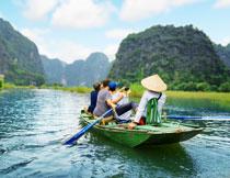 乘着船游览观光的游客高清图片