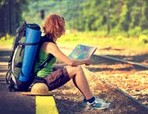 坐在路边看地图的人物高清图片